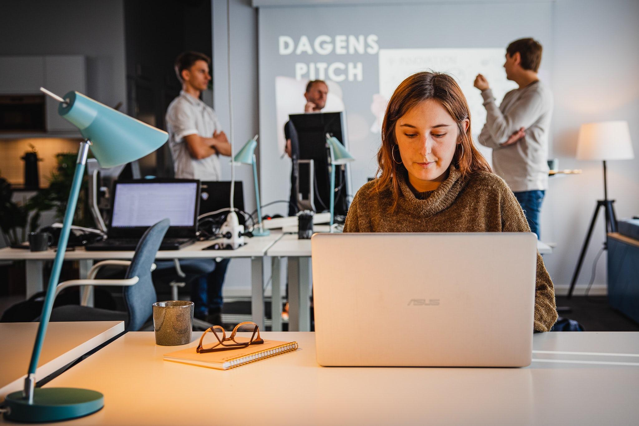 Kvinna framför laptop