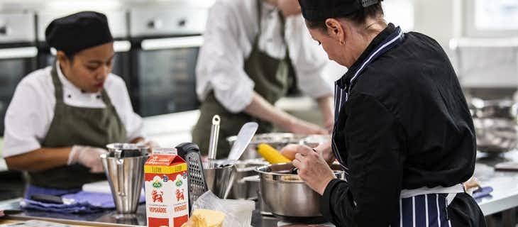 Kockar i ett skolkök lagar mat