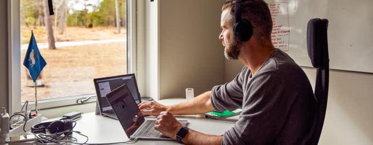 Man vid laptop i hemmiljö
