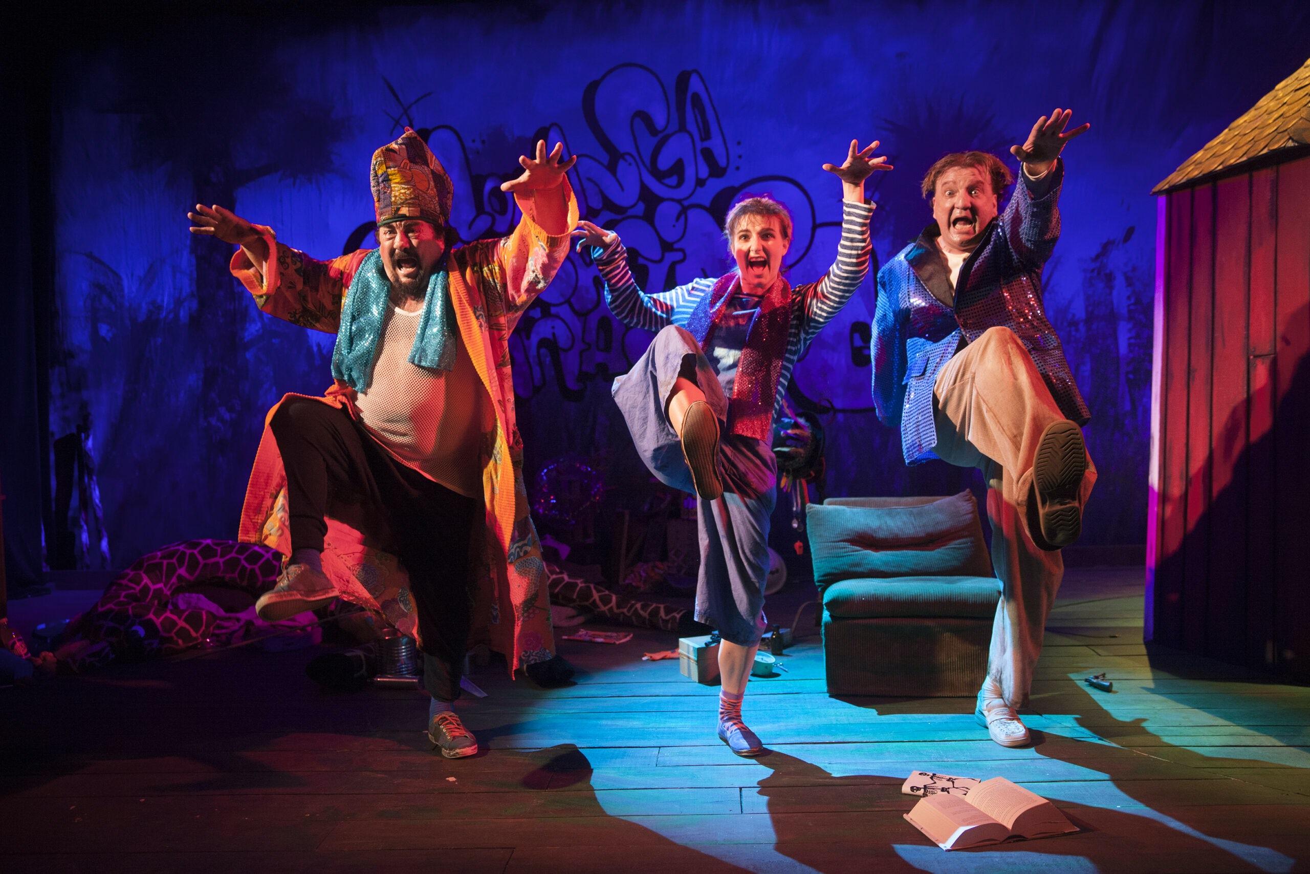 Tre rollfigurer ur Loranga, Mazarin och Dartanjang agerar på en scen.