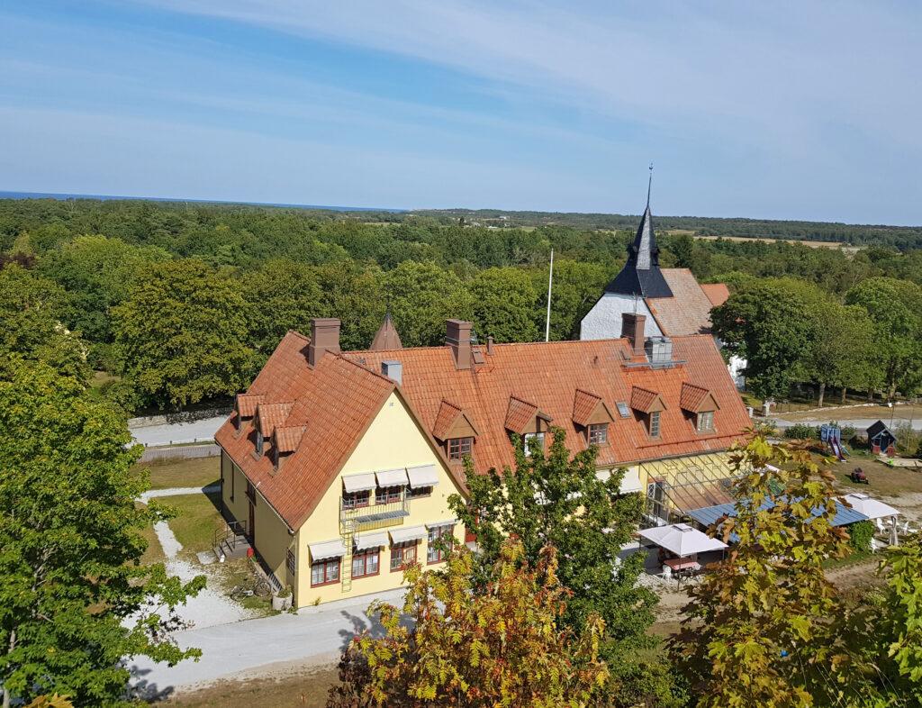 Från Östergarnsberget syns den ganla skolan och kyrkan